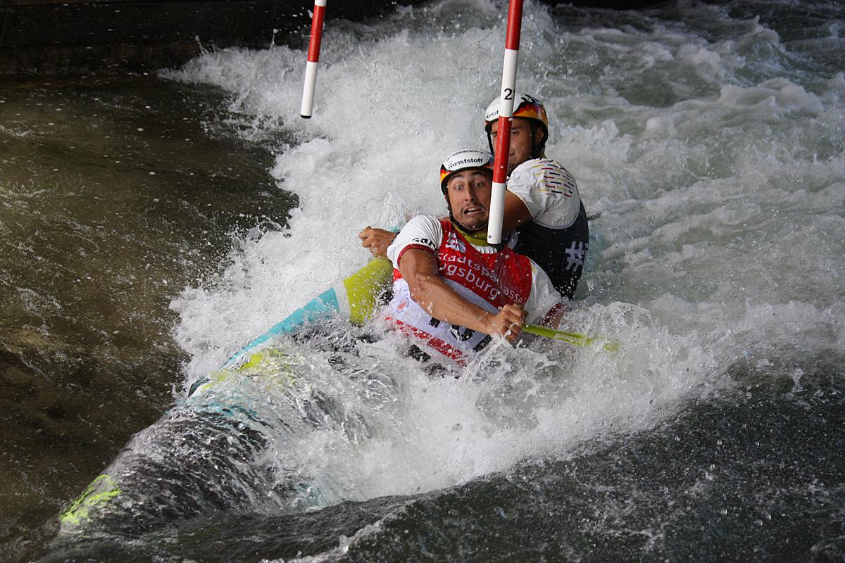 (Juli) Während die Slalom-Kanuten bei den Thüringer Landesmeisterschaften bei 36°C einen heißen Abschluß finden feiert die Sektion Gymnastik den Sommer vor dem Bootshaus. Harald Zeile wird mit die Ehrennadel des Landes Sachsen-Anhalt verliehen und die
