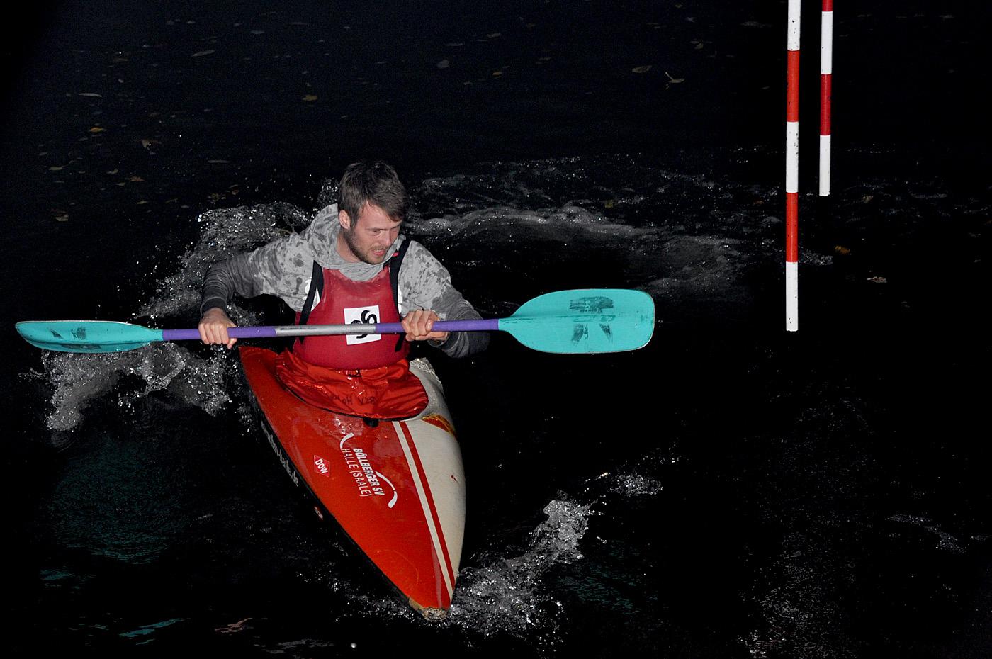 (November) Zum ersten Flutlichwettkampf vor dem Bootshaus fanden sich jung und alt, ehemalige und aktive Slalom-Kanuten auf dem Wasser ein. Das WIR-Gefühl im Verein strahlte fast heller als das angeschaltete Flutlicht und die zusätzlichen Strahler. Das alljährliche BrockenRocken der Böllberger Kanuten und ihrer Freunde fand mit 18 Radlern und einem Jogger seinen Teilnehmerrekord. Birgit Warstat und Sebastian Brendel werden in Magdeburg zum Festakt