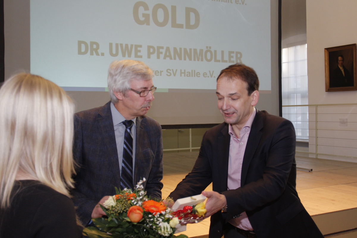 Dr Uwe Pfannmöller empfängt die LSB Ehrennadel in Gold von Andreas Silbersack.
