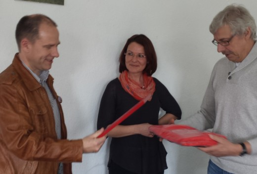 Steffen Welz bekommt die Ehrengabe des BSV Halle übererreicht